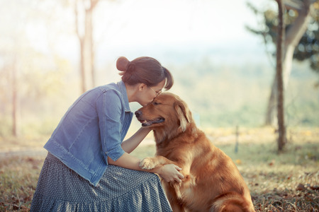 Beautiful woman with a cute golden retriver dog 版權商用圖片 - 50550709