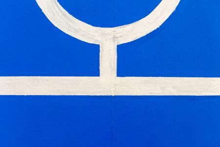 terrain de handball: La ligne blanche sur le nouveau plancher du stade