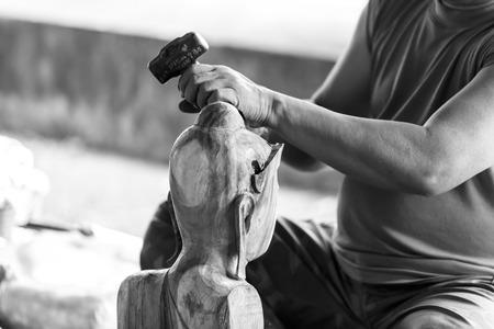 trinchante: Mano de madera tallador talla en tono de color blanco y negro Foto de archivo