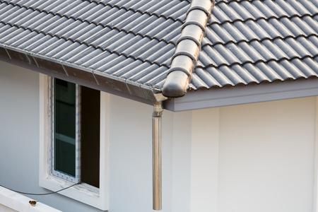 Dachrinne auf dem Dach des Hauses Standard-Bild