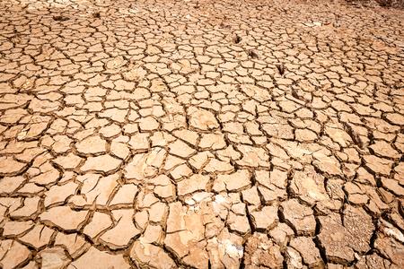 Tierra seca agrietada sin agua
