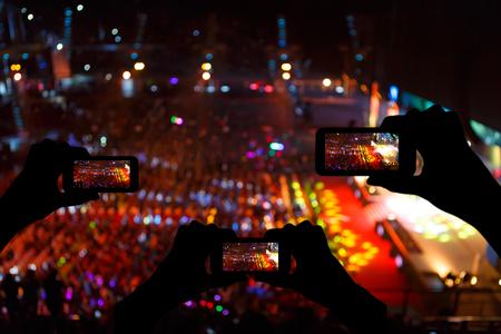 party dj: Foto del concierto silueta delante de la etapa Foto de archivo