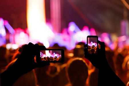 concierto de rock: Photo silueta de conciertos en frente de la etapa