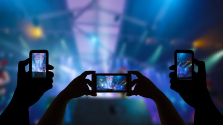 Take photo crowd in front of concert stage blurred Imagens