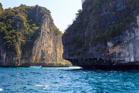 Cliff in sea Phi Phi Leh south of Thailand Imagens