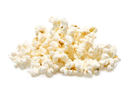 palomitas de maiz: Un mont�n de palomitas de ma�z salado aislados en fondo blanco.  Foto de archivo