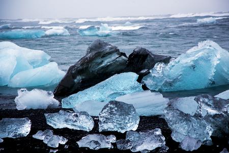 Glacier ice chunGlacier ice chunks on Diamond Beach from Eyjafjallajoekullk on Diamond Beach Stockfoto
