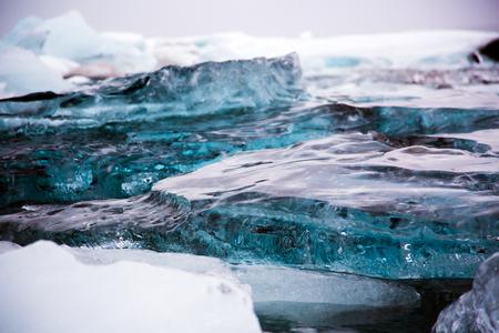Glacier ice chunks on Diamond Beach at Jökullsarlon Stockfoto - 124810327