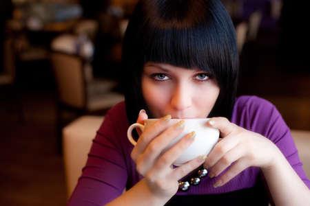personas tomando cafe: Copa de espera chica de caf� en mano buscar recta
