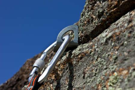moschettone: moschettone con corda su roccia