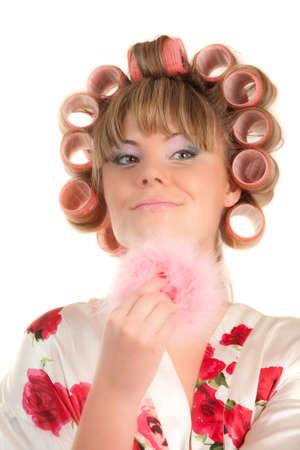 Frau in Haarcurles machen sich Make-up