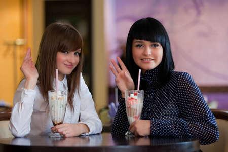 sexy young girls: женщины выглядят в камеру и, размахивая руками