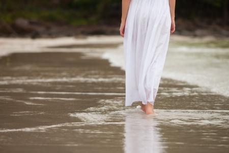 Vrouw weg te lopen op de wal