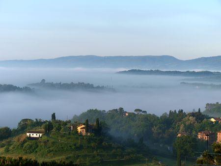 토스카 나에서 안개가 아침의 멋진 풍경입니다. Montepulciano와 Chiusi 사이의 계곡 스톡 콘텐츠