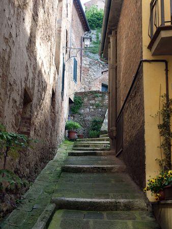 몬테 풀치 아노 (Montepulciano) - 역사적인 도심의 좁은 골목 스톡 콘텐츠