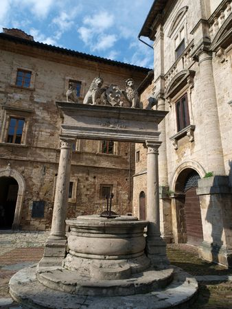 montepulciano: Old well in Piazza Grande - Montepulciano , Tuscany, Italy