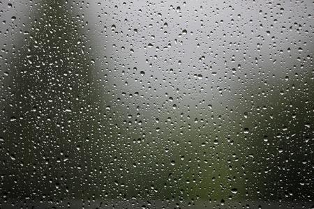 창에 많은 빗방울