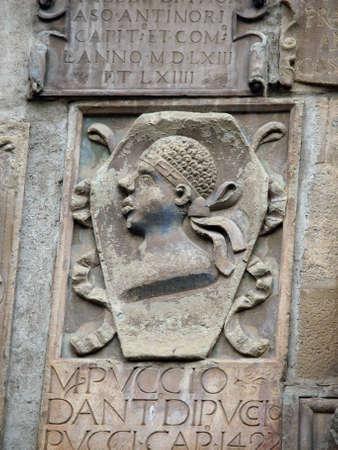 priori: Arezzo - coat of arms on the facade of the Palazzo dei Priori