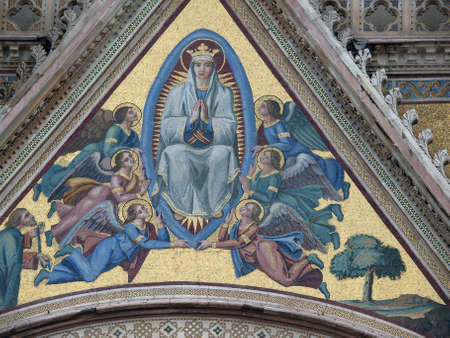 bas: Orvieto - Duomo facade. The mosaic depicts the Assumption of Mary, designed by Giovanni di Buccio Leonardelli in 1366.
