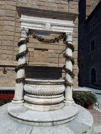 Pienza - the old well on the Cathedral square
