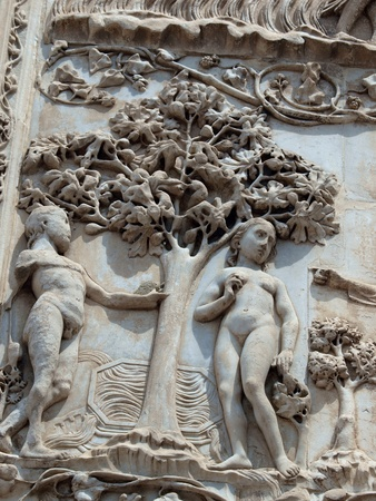 forbids: Orvieto - Duomo facade. The first pillar: scenes from Genesis. In the company of angels, God forbids Adam and Eve eat the fruit from the tree Stock Photo