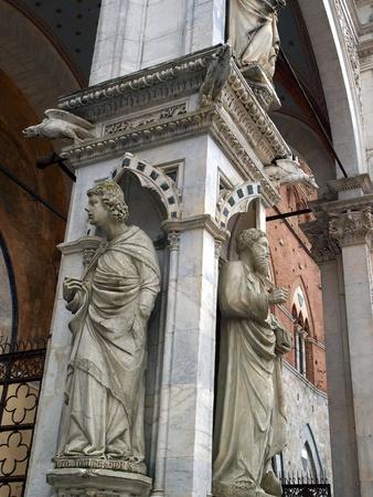 pilaster: Siena - wonderfully decorated Capella di Piazza at Palazzo Pubblico