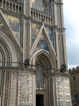 orvieto: Orvieto - Duomo facade.West delante de la fachada g�tica de la Catedral de Orvieto, dise�ado por Lorenzo Maitani. Editorial