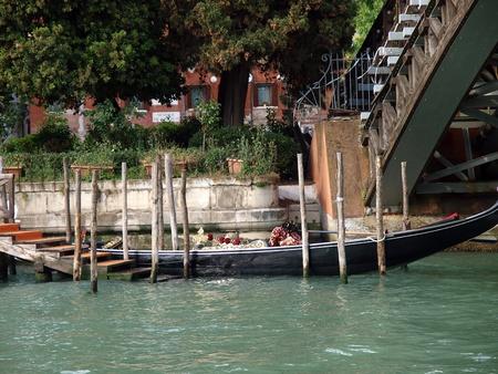 academia: Venice - Gondola at the bridge Academia Editorial