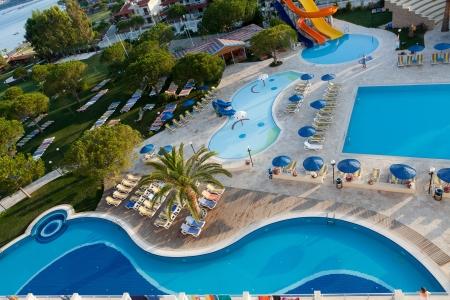 현대적인 고급 호텔에있는 수영장 에디토리얼