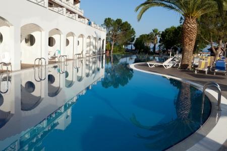 Schwimmbad in der modernen Luxus-Hotel Editorial