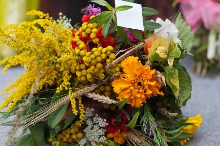 꽃과 허브의 아름다운 꽃다발 스톡 콘텐츠
