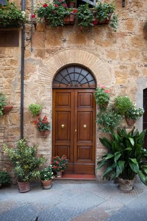 puertas antiguas: puerta de madera residencial en Toscana. Italia