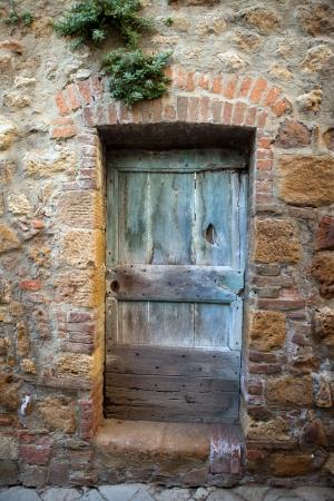 wooden  door in Tuscany. Italy 版權商用圖片 - 15361139