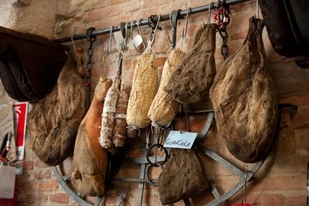 jamones: Jamón italiano en la carnicería Foto de archivo
