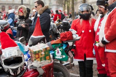 main market: La sfilata dei Babbi Natale in moto intorno alla Piazza del Mercato a Cracovia Editoriali