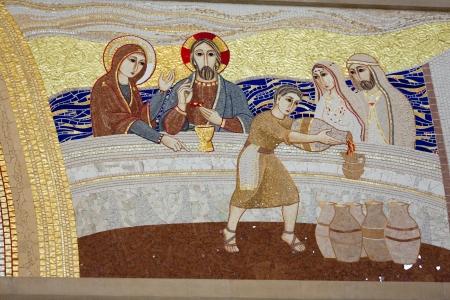 크 라 카우, Lagiewniki - 교황 요한 바오로 II의 중심입니다. 갈릴리 가나의 기적 - 교회 벽에 모자이크 스톡 콘텐츠 - 25012862