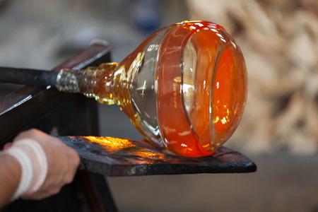 material de vidrio: Soplador de vidrio haciendo cuidadosamente su producto Foto de archivo