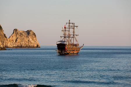 drapeau pirate: Alanya - le bateau pirate sur la plage de Cl�op�tre