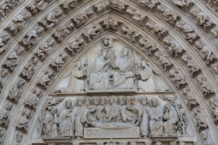 パリのノートルダム大聖堂の西のファサード。聖母マリアのポータルとタンパン 写真素材 - 33114019