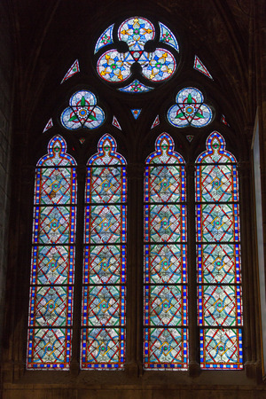 vetrate colorate: Vetrate all'interno della Cattedrale di Notre Dame, Parigi, Francia Editoriali