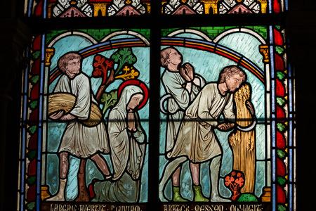 vetrate colorate: Vetrate all'interno del tesoro della Cattedrale di Notre Dame, Parigi, Francia Editoriali