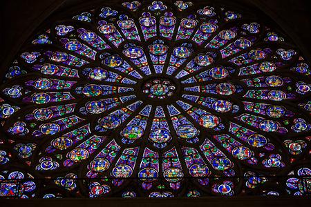 Parijs, de kathedraal van Notre-Dame. Noordtransept rose raam. De verheerlijking van de Maagd Maria