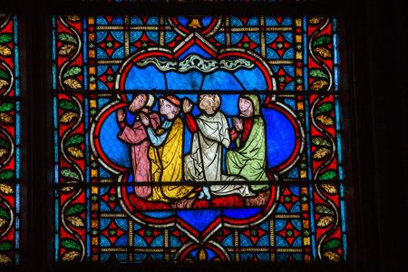 vetrate colorate: Vetrate dentro la Cattedrale di Notre Dame, patrimonio mondiale dell'UNESCO. Parigi, Francia