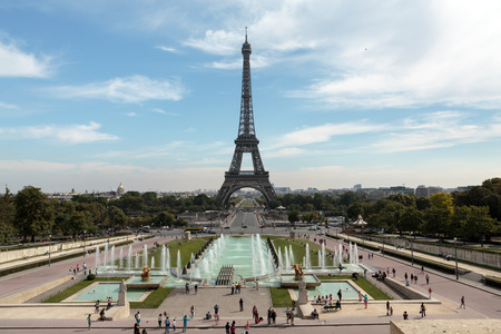 Eiffel Tower seen from fountain at Jardins du Trocadero 版權商用圖片