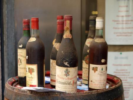 Vinatge vin de Châteauneuf-du-Pape Ce est l'une des appellations les plus renommés de la partie sud de la vallée du Rhône. Orange, France Banque d'images - 37334955