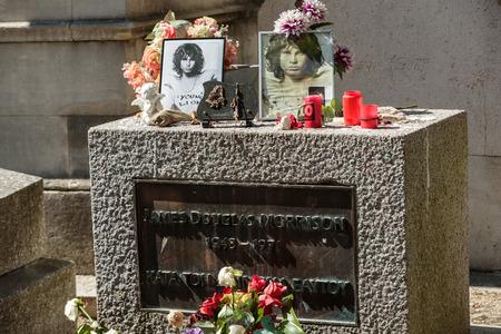 パリ, フランス - 9 月 12 日 2014:Jim ペール ラシェーズ墓地、パリにモリソンの墓。各年間何千人ものファンと好奇心が強い訪問者ジム · モリソンの墓 報道画像