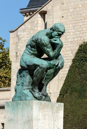 uomo nudo: Il Pensatore in Museo Rodin di Parigi
