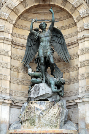 alas de angel: estatuas de Fuente Saint Michel en París Foto de archivo