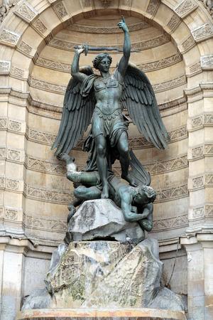 ali angelo: statue di Fontana di Saint Michel a Parigi Archivio Fotografico