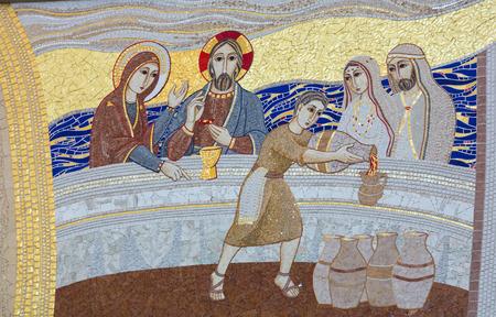 크라 카우; Lagiewniki - 교황 요한 바오로 2 세의 중심지. Galilean Cana의 기적 - 교회 벽의 모자이크 스톡 콘텐츠 - 43800563